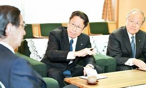 西川一誠福井県知事(左)と懇談する関電の岩根茂樹社長(中央)=5日、福井県庁