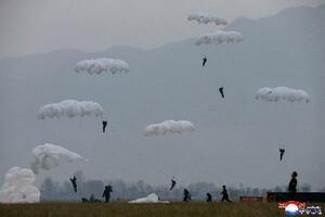 北朝鮮の空軍狙撃兵部隊の降下訓練。朝鮮中央通信が18日報じた(朝鮮通信=共同)