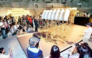 越前和紙とコラボしたアート作品を実演した「テオ・ヤンセン展」=9月21日、福井県のサンドーム福井