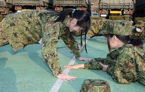 腕立て伏せに挑戦するJK課のメンバー=5日、福井県鯖江市吉江町の陸上自衛隊鯖江駐屯地