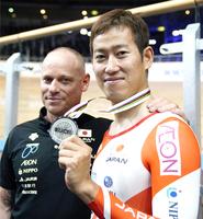 男子ケイリンの銀メダルを手に笑顔の脇本雄太。左はブノワ短距離ヘッドコーチ=2月27日、ベルリン