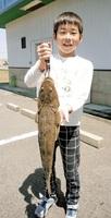 山崎優君(福井市)が新保突堤で釣り上げた56センチのマゴチ