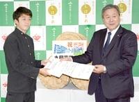 丸岡高・全国サッカー出場 いちほまれ食べ活躍を JA県中央会が贈呈