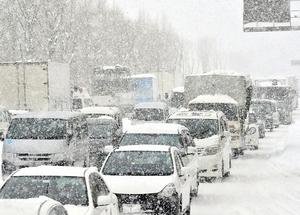 激しく降る雪の影響で渋滞する国道8号=12日午後2時ごろ、福井市新保北1丁目