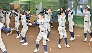 「先輩たちのためにも」と思いを一つに練習に励む敦賀気比ナイン=1月29日、福井県敦賀市の敦賀気比高校野球部室内練習場