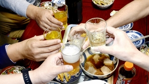 酒席が増える年末年始。「いつまでおごればいいのか」と頭を抱える先輩もいる=12月、福井県福井市内