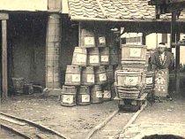 岐阜県の醤油会社で使われて いた「鉄」道ならぬ「木」道。レール も車輪も木製である。