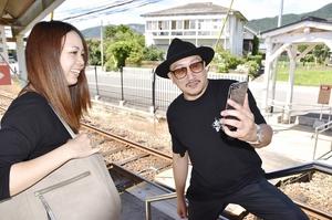 「永平寺町のうた」のPR動画を撮影するシング・ジェイ・ロイさん(右)=6月、福井県永平寺町東古市