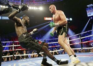 WBCヘビー級王座戦で、デオンテイ・ワイルダー(左)からダウンを奪うタイソン・フューリー=ラスベガス(ロイター=共同)