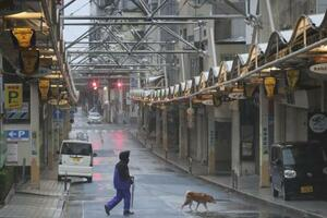 台風19号の接近で閑散とする静岡県熱海市の商店街=10月12日