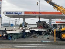 トラックとトレーラーが衝突した交通死亡事故の現場=4月28日午前6時55分ごろ、福井県鯖江市宮前2丁目