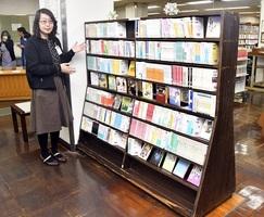 福井市立図書館で使われている「じっぷじっぷ」の本棚=3月6日、同図書館