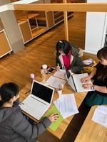 クリエイターズランドの開催へ向け打ち合わせするハンドメイド作家の女性たち
