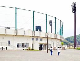 福井県の緊急事態宣言の期間中は越前市民だけが利用できるようになった市丹南総合公園野球場=5月7日、福井県越前市余田町