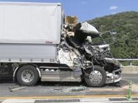 トレーラー追突、運転手の男性死亡