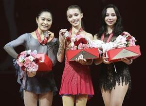 昨年のフィギュアGP中国杯の表彰式で銀メダルを手に笑顔を見せる宮原知子(左)。中央は優勝したアンナ・シェルバコワ=2019年11月、中国・重慶
