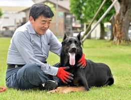 セラピー犬の認定を受けたハイルと山口さん=福井市