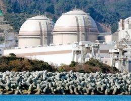福井県内原発の発電電力量は関西電力大飯原発3号機(右)と4号機の再稼働などで300億キロワット時を超えた=2018年3月、福井県おおい町