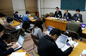 名古屋市に住む60代女性の新型コロナウイルス感染について記者会見する市の担当者=15日夜、名古屋市役所
