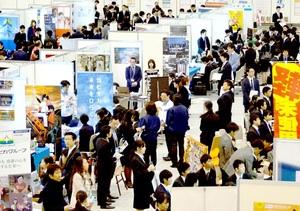 600人を超える福井県内学生らが来場したマイナビ就職セミナー=2018年3月1日、サンドーム福井