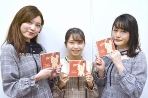 2枚目のフルアルバム「ごめんね。ありがとう。」をリリースしたアミーガスの(左から)みゆうさん、ひまりさん、まおさん=福井県福井市の福井新聞社