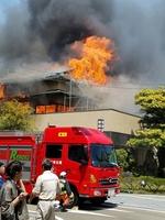 激しく燃える温泉旅館「べにや」=5月5日午後1時ごろ、福井県あわら市温泉4丁目
