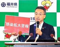2020年8月、感染拡大警報について説明する福井県の杉本達治知事。コロナ対応とリーダーシップが医療関係者から高い評価を得ている=福井県庁