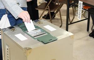 期日前投票所で福井県知事選の1票を投じる有権者=福井県福井市