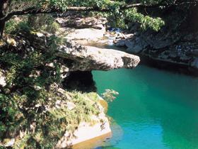 天狗の鼻のように突き出た奇岩。釣りや水遊びなどが楽しめる