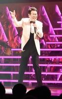 古里のステージで熱唱した五木ひろしさん=5月12日、福井県美浜町総合体育館