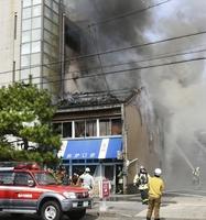 煙を上げて燃える住宅=10月17日午前10時55分ごろ、福井県福井市松本3丁目