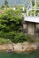 九頭竜湖に転落した車を捜索する大野市消防本部署員=6月27日、福井県大野市箱ケ瀬