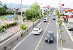 福井県福井市の福井運動公園(左)沿いを通る市道。国体の総合開会式直後は数百台のバスやタクシーが集中する=同市福町