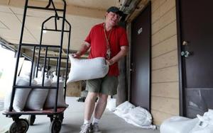 大型ハリケーン「フローレンス」の上陸に備えて土のうを積む男性=11日、米サウスカロライナ州(ロイター=共同)