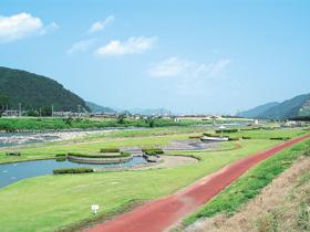 アウトドアレジャーを思いっきり楽しめる日野川河川敷の公園