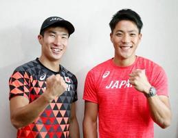 陸上のアジア選手権を前にポーズをとる山県亮太(右)と桐生祥秀=20日、ドーハ(共同)