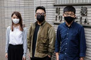 23日、香港の裁判所に到着する周庭氏(左)、黄之鋒氏(右)ら(ロイター=共同)