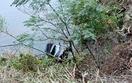 車が崖から転落、木に引っかかる