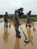 韓国、大雨で地雷流出か