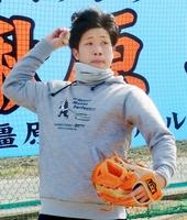 キャッチボールする巨人のドラフト1位ルーキー、鍬原拓也投手=奈良県橿原市