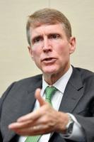 インタビューに答える国際金融協会(IIF)のアダムズ会長