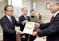 【寄贈】敦賀間税会が市教委に税知るクリアファイル