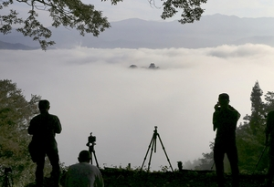 雲海に包まれ、幻想的な光景が広がる越前大野城の「天空の城」=10月1日午前7時ごろ(福井県大野市犬山から加藤幸洋さん撮影)