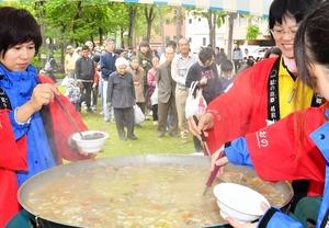 地元の食材をたっぷり入れて来場者に振る舞われた大鍋=5月19日、福井県大野市角野の九頭竜国民休養地