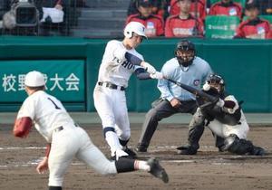 富岡西―東邦 7回裏東邦1死二塁、松井が左前に勝ち越し打を放つ。投手浮橋、捕手粟田=甲子園