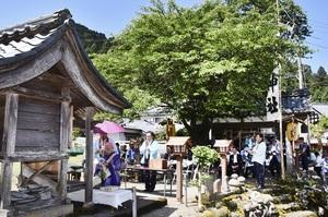 過去最高の約100人が参列した法要=6月13日、福井県福井市東大味町の明智神社