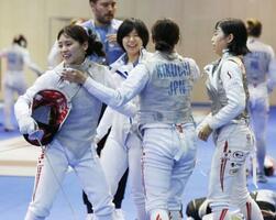女子フルーレ団体順位決定戦でカナダを破って5位となり、喜ぶ(左から)東、宮脇ら=ブダペスト(共同)