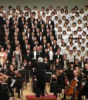 「第9」の演奏会で、「歓喜の歌」を合唱するメンバー=24日午後、福島県会津若松市
