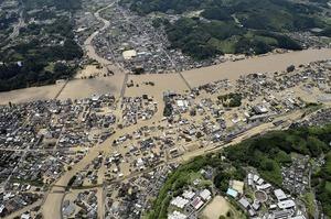 球磨川が氾濫し、水に漬かった熊本県人吉市の市街地=7月4日午前11時46分(共同通信社ヘリから)