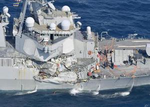 コンテナ船との衝突で損傷した米海軍イージス駆逐艦フィッツジェラルドの右舷部分=2017年6月17日、静岡県下田市沖